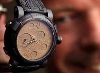 Часы из лунной пыли