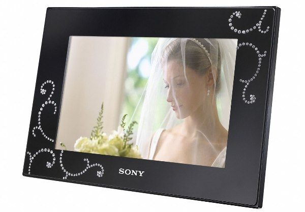 Sony выпустит цифровую фоторамку с кристаллами Swarovski