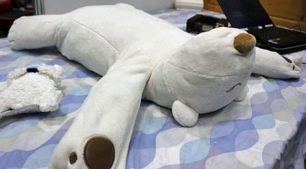 Подушка в виде белого медведя избавит от храпа