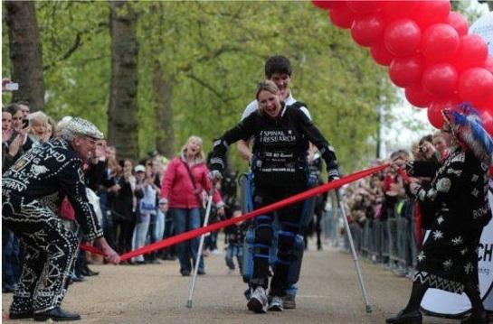 Парализованная женщина преодолела марафон с помощью бионического костюма