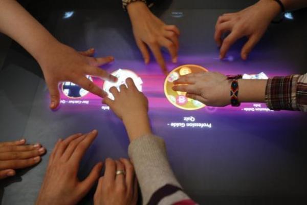 Школьные парты хотят превратить в огромные планшетники