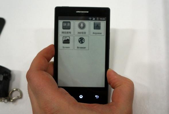 Смартфон с E-Ink-дисплеем работает неделю и весит очень мало