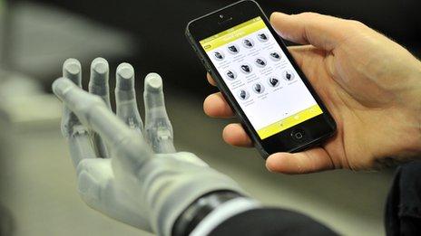 Роботическая кисть, управляемая с помощью iГаджетов