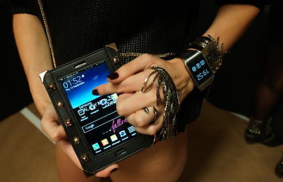 Привлекательность смарт-часов Galaxy Gear хотят повысить за счет дизайнерских аксессуаров