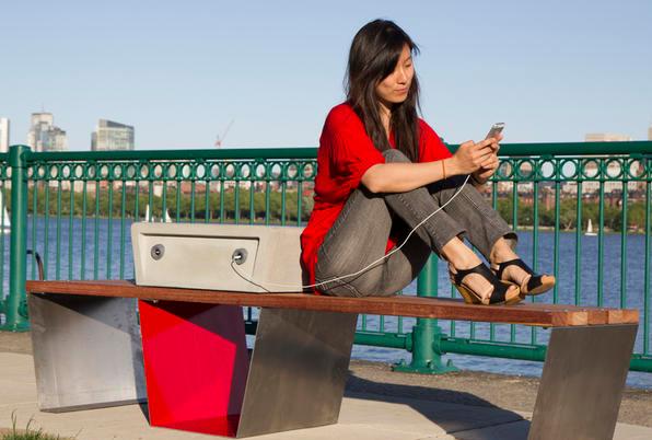 В США установят скамейки-зарядные устройства