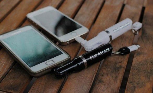 Зарядное устройство Flat Attack зарядит смартфон от АА-батарейки