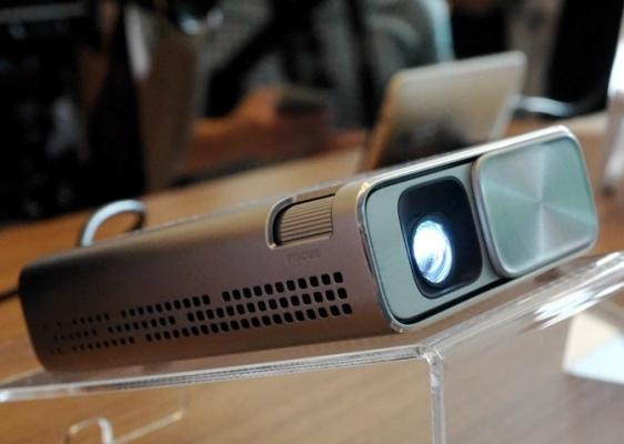 Миниатюрный проектор Asus передает аудио/видеосигналы со смартфона через USB