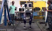 Американские ученые надели на робота кроссовки