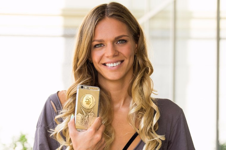 Призер Олимпиады получила эксклюзивный золотой iPhone