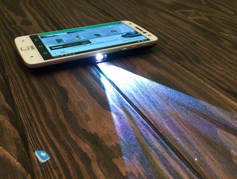 Съемные модули для Moto Z могут превратить смартфон в проектор