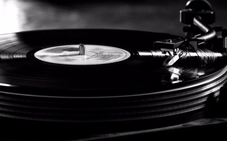 Пожилой аудиофил установил в своем дворе собственный электрический столб, чтобы добиться идеального звучания музыки