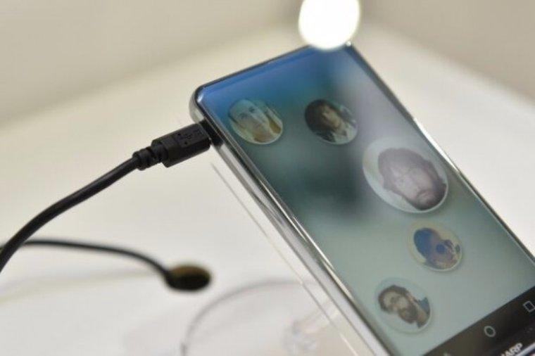 Японская компания Sharp показала первый безрамочный смартфон