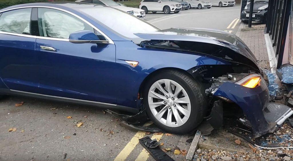 Что делать, если разбил Tesla? Мнение владельцев электрокаров