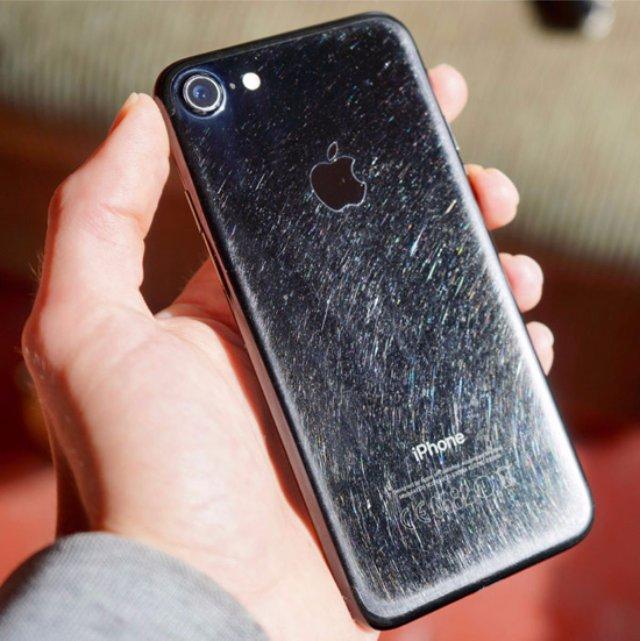 Долго ли протянет iPhone 7 в цвете «черный оникс» без использования чехла?