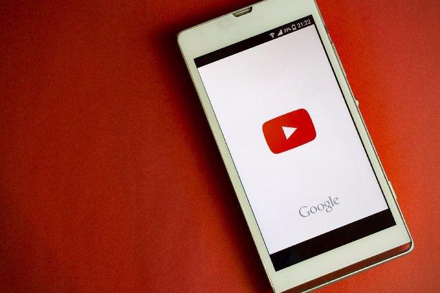 YouTube извлекает результаты автозаполнения, которые показывают условия жестокого обращения с детьми