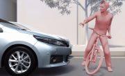Улучшенная система безопасности Toyota обнаруживает пешеходов ночью
