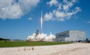 SpaceX запускает миссию NASA по снабжению повторно используемой ракетой и капсулой