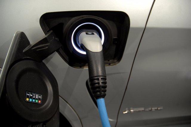 BMW в партнерстве с компаниями разработает твердотельные батареи EV