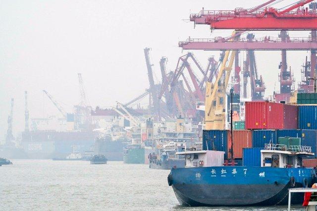 Электрическое грузовое судно доставляет уголь в Китае