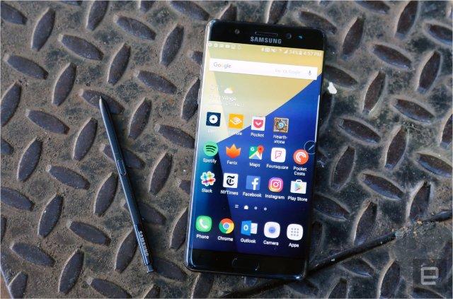 Samsung и LG говорят, что не замедляют работу старых телефонов