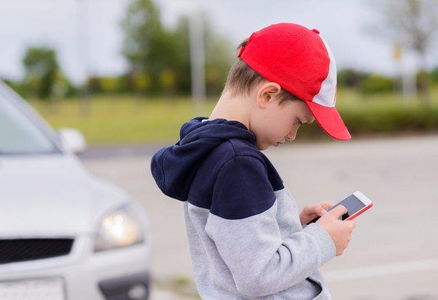 Некоторые мобильные игры слушают, что дети смотрят