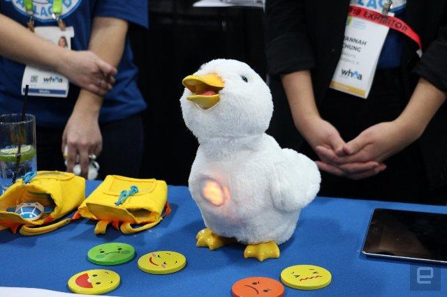 Эта игрушка в виде робота-утки успокаивает детей с раком