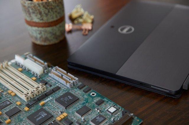 Dell и Никки Рид собирают золото со старых ноутбуков для ювелирных изделий