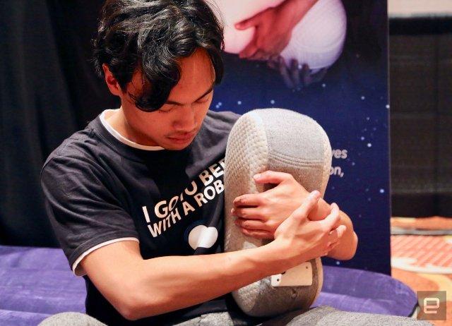Подушка-робот Somnox предназначена для обнимания