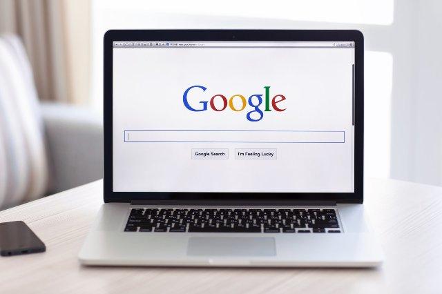 Google принимает меры для борьбы с фальшивыми новостями в «фрагментах»