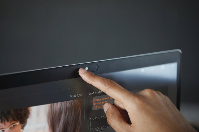 HP EliteBooks устанавливают микрофоны с обеих сторон для более четкой видеоконференции