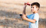 PowerUp выпускает свой бумажный самолет под управлением телефона
