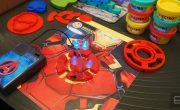 Дети играют в механиков для героев Marvel с помощью Electro Hero Kit