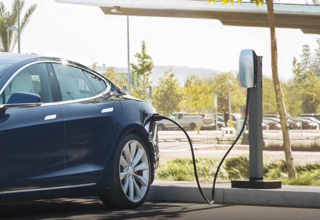 Тесла хочет установить зарядные станции в офисах