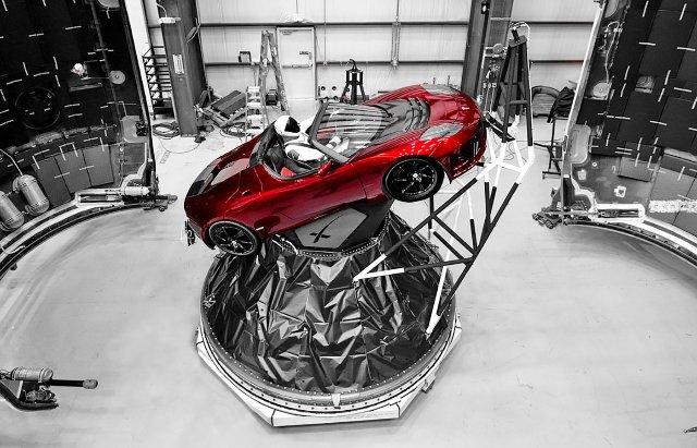 SpaceX's Falcon Heavy отправиться в космос вместе с космическим костюмом «Starman»