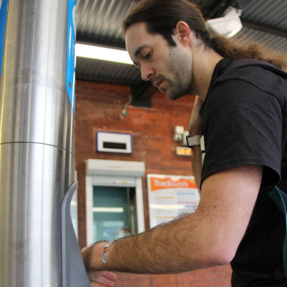 Австралийский биохакер имплантировал себе в руку проездной. Его оштрафовали