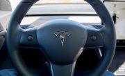 Tesla добавляет функцию Autopilot в Model 3 на руль