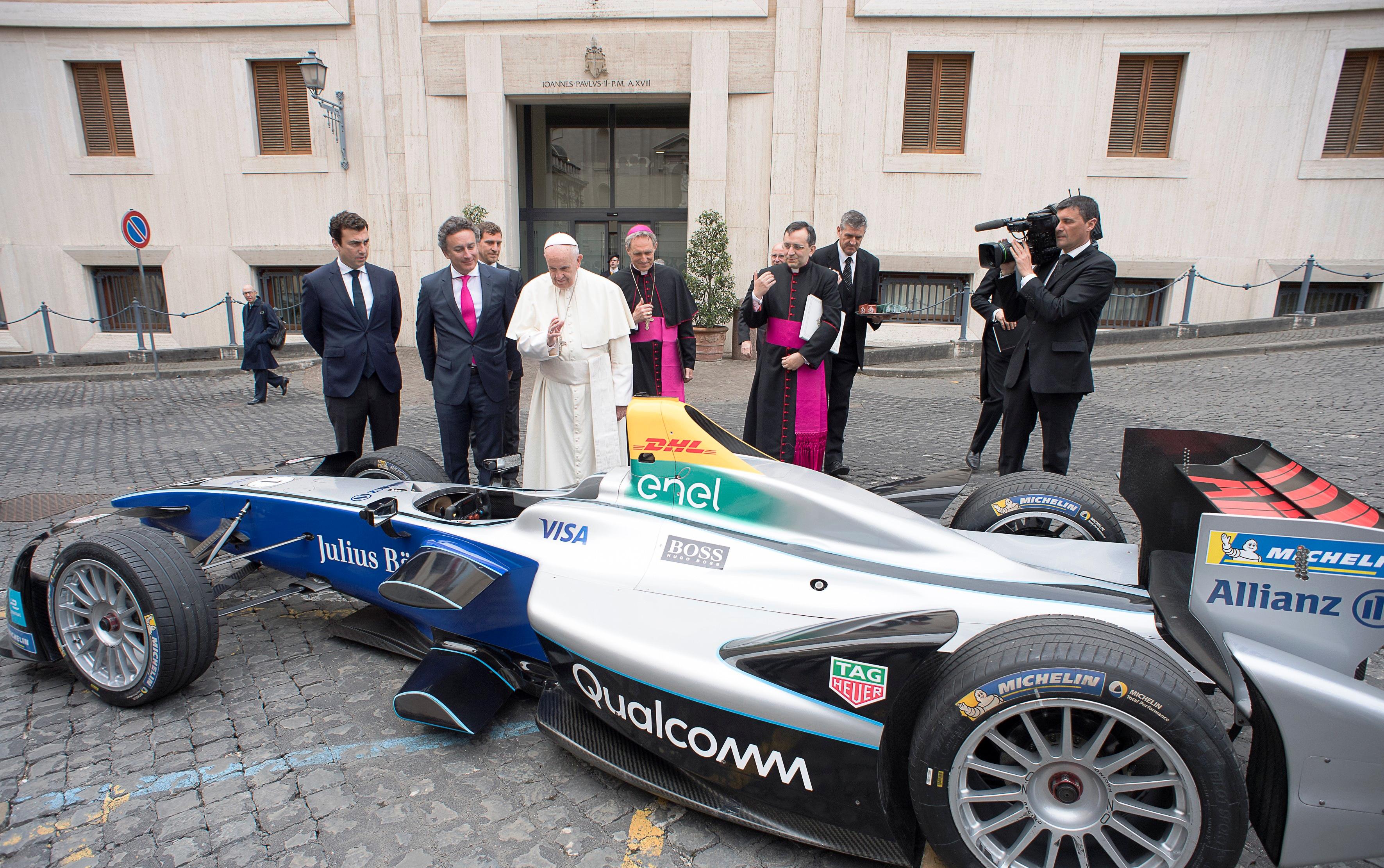 Фото дня: Папа Римский благословил один из самых технологичных автомобилей в мире