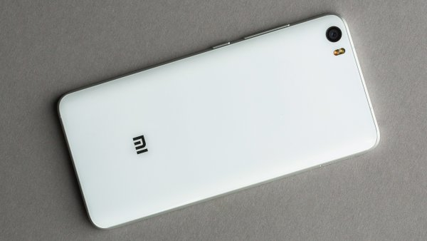 Игровой коврик Xiaomi Mi Smart Mouse Pad заряжает смартфоны