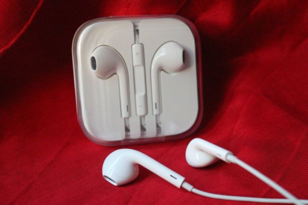 Apple перестанет комплектовать iPhone переходниками для наушников